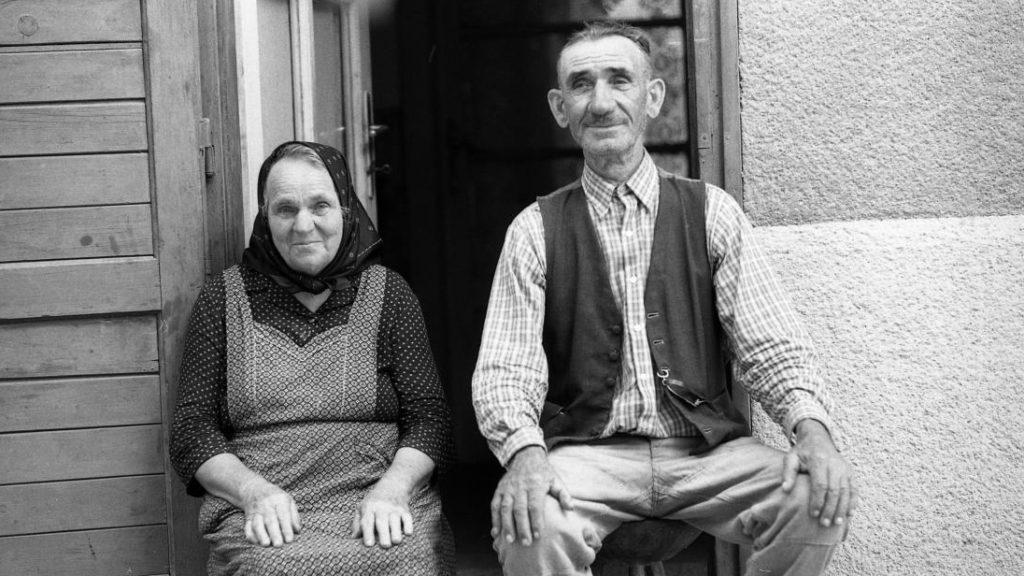 Adjon Isten, tiszta porta és pálinka: régi falusi szokások nyomában