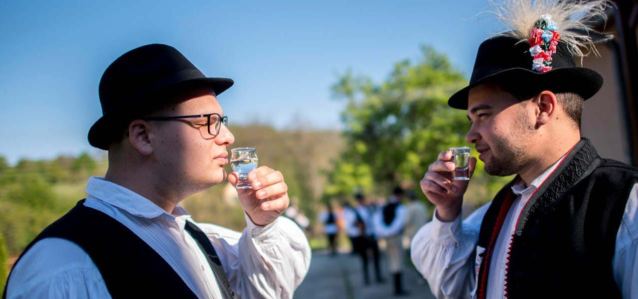 Ön tudja, milyen pohárból, hogyan kell inni a pálinkát?
