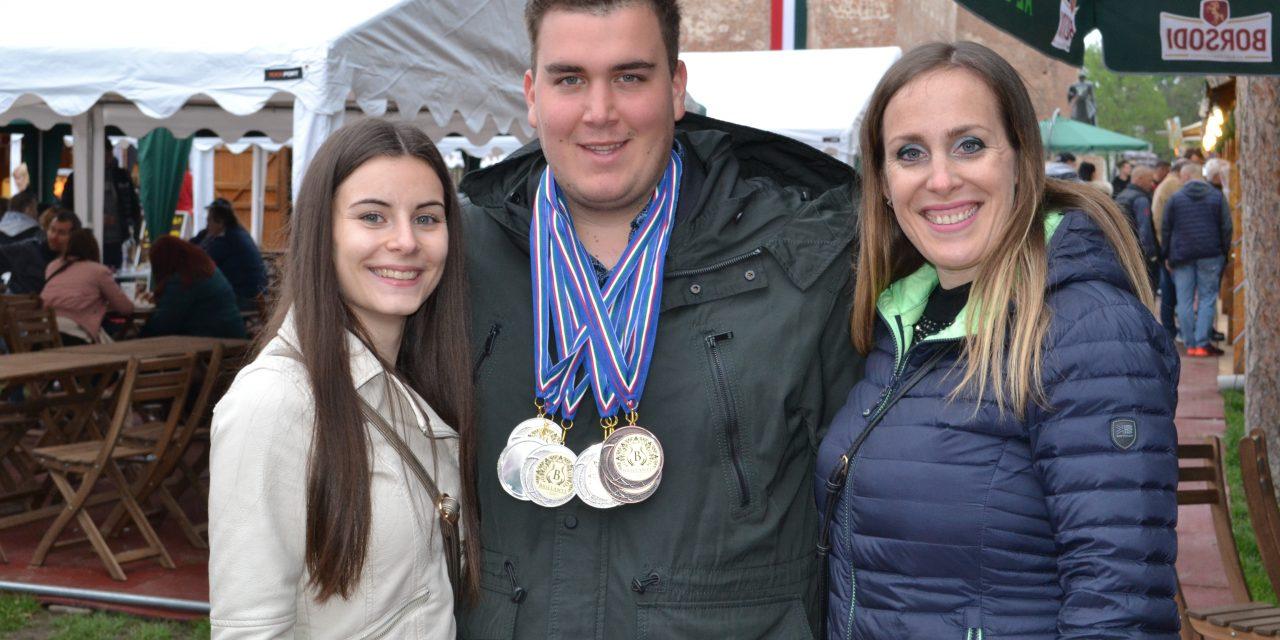 Aranyat érő kiváló megyei párlatok versenyeztek