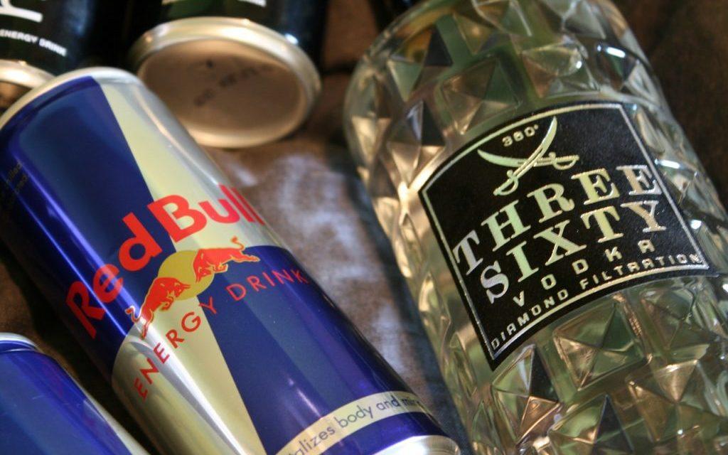 Ez történik, ha az alkoholt energiaitallal keverjük